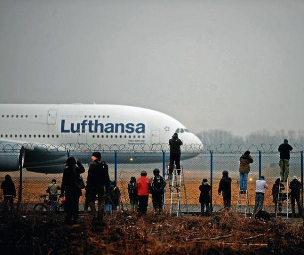 Airbus 380 wzbudził ogromne zainteresowanie  miłośników lotnictwa. Wielu żałowało, że maszyna tak szybko odleciała z Okęcia