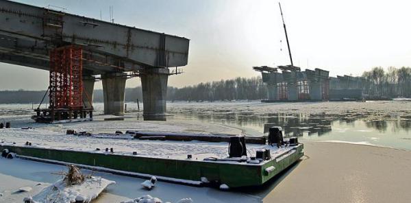 Most Północny z wyrwą nad nurtem rzeki straszył przez całą zimę. Do spięcia obu brzegów brakuje jeszcze 160 metrów. Koszty inwestycji poszły w górę  o 95 mln zł,  a termin jest zagrożony