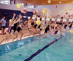Symbolicznym skokiem z piłkami do wody dzieci z bielańskich szkół zainaugurowały działalność kompleksu sportowego  przy ul. Lindego
