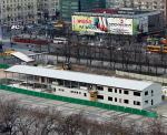 *Kolejna prowizorka na pl. Defilad. Większy budynek to zaplecze budowy metra dla 300 inżynierów, a mniejszy – punkt informacyjny dla warszawiaków. Postoją tu co najmniej do 2014 roku