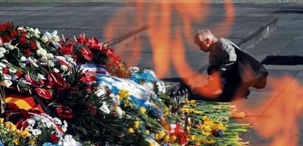 *Bez przemówień, przy dźwiękach wojskowego werbla pod  pomnikiem Bohaterów  Getta ambasadorowie  i ministrowie składali wieńce. Warszawiacy  – żonkile