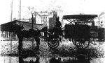 """*""""Trąbizupka"""", czyli pojazd konny z podgrzewanym kotłem. To wczesna fotografia gazetowa, stąd i słaba jej jakość. Na marginesie – za PRL dowożono na budowy tzw. zupy regeneracyjne"""