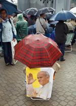 Pod parasolem, na krzesełkach – wierni przeżywali Eucharystię