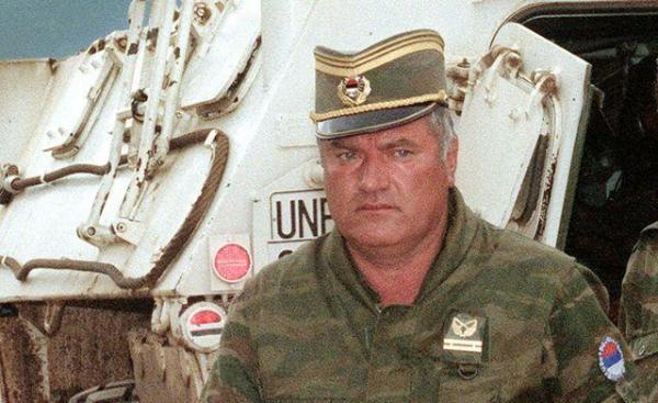 *Ratko Mladić  na lotnisku  w Sarajewie w 1993 r.