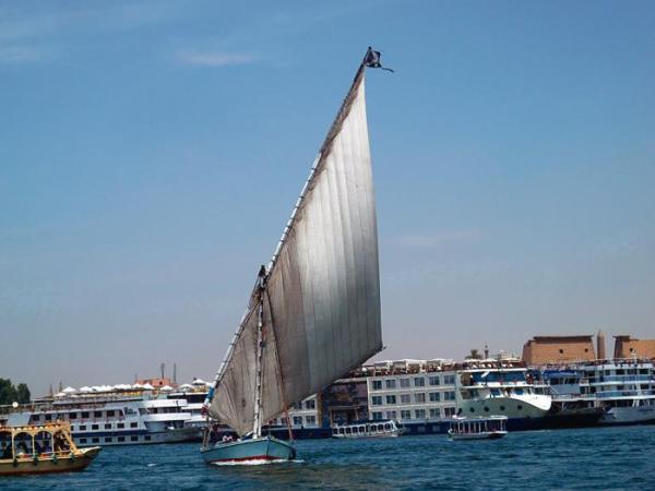 *Rejs po Nilu można odbyć luksusowym statkiem lub tradycyjną feluką