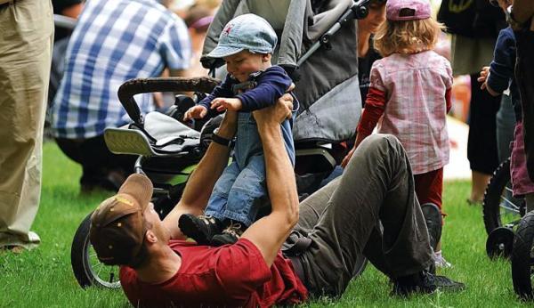 Ojcowie często pragną mieć więcej czasu dla rodziny, ale nie chcą pogarszać jej warunków życia  – mówią eksperci