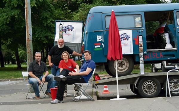 Granatowa Nyska przejechała 3250 kilometrów.  Na zdjęciu czwórka z jej licznej ekipy: Adam Nemeth, Geza Bagi, Patricia Paszt,   Szabolcs Sóber