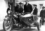 W latach 20. motocykle  (z lewej) nie dość, że nie miały dobrych tłumików, to dla dodania kurażu właściciele wiercili w nich dziury; a warszawiacy nie mogli spać
