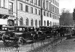 """Przed wojną władza tępiła """"sejmiki"""" taksówkarzy, którzy w ciszy nocnej, czekając na klienta, prowadzili bardzo głośne rozmowy. Za to groziła utrata prawa jazdy"""