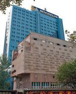 Płaskorzeźba na fasadzie Riviery to integralna część budynku
