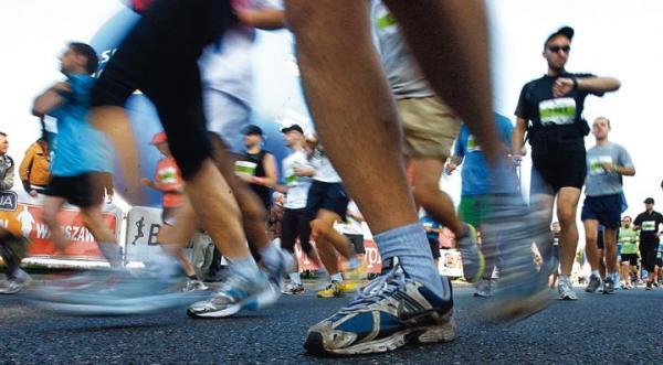 """Jeden wyścig, setki powodów. Maratończycy biegli po zwycięstwo, by poprawić """"życiówkę"""", dla zdrowia, zabawy lub by pomóc innym"""