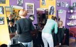 W LaBarbershopie (na zdjęciu na dole) można poprosić o nietypową  fryzurę. Oczekiwanie na nią umili dobra muzyka albo... gra na konsoli.