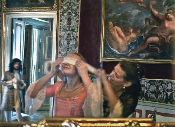 """Żywi i duchy  w pałacowych wnętrzach,  w obiektywie Tomka Sikory. Zdjęcia pochodzą z albumu """"Wilanów. Genius loci"""", wyd. Muzeum-Pałac w Wilanowie"""