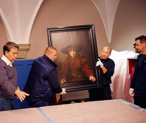 """""""Dziewczyna w ramie obrazu"""" Rembrandta tuż po dotarciu na zamek. Dzieła do galerii przekazała Karolina Lanckorońska"""