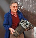 """Wojciech Krajewski, starszy kustosz Muzeum Wojska Polskiego, z cylindrem silnika """"Łosia""""."""