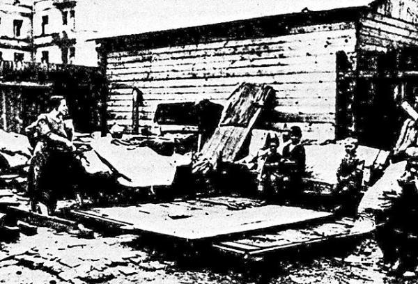 Smętna, warszawska rzeczywistość. W latach 20. wyeksmitowane rodziny mieszkały kątem na podwórzach w pobliżu swych dawnych domów, bo nie trzeba było daleko wynosić mebli