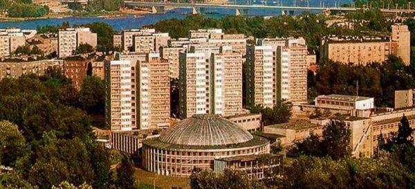 Cyrk bułgarski na Powiślu, czyli totalna klapa. Miała być wspaniała rozrywka dla wszystkich,  a ostał się budynek  do niczego nieprzydatny  – wielki wstyd epoki socjalizmu. Nie słyszałem, by ktokolwiek miał za to sprawę sądową