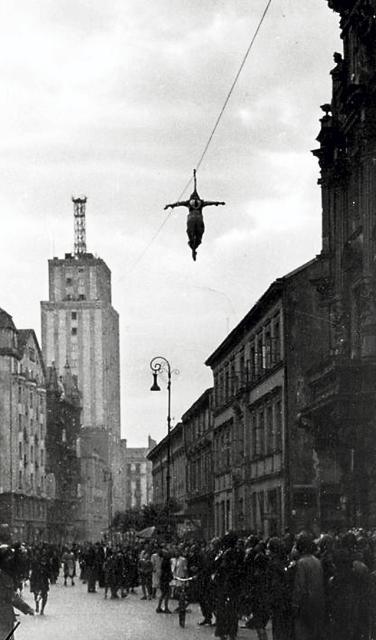 Zjazd na linie ze szczytu Prudentialu w roku 1942. Popis dali Niemcy w okupowanym przez siebie mieście