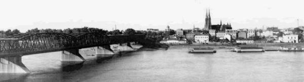 Kiedy w 1864 roku otwierano most aleksandryjski  – zwany  potem – Kierbedzia Praga była już całkiem poważną dzielnicą. Stał tam m.in. wielki, rosyjski garnizon