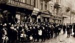 Roznosiciele gazet strajkują w 1905 roku. Powód  – nieistotny, natomiast ważna profesja – otóż te dzieciaki (bo młodzieży było najwięcej) przyczyniały się do zwiększania sprzedaży, wykrzykując najbardziej krwawe cytaty  z aktualnego numeru