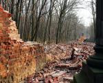 Ceglana bariera rozdzielająca cmentarze katolicki  i żydowski padła pod koniec zeszłego tygodnia. Okoliczności katastrofy nie zostały jeszcze wyjaśnione