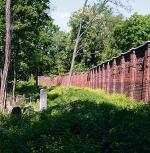 Zapowiedź katastrofy. Fotografia sprzed czterech lat ukazująca ogrodzenie wzdłuż linii dawnej ulicy Wawrzy- szewskiej. Doskonale widać, że już wówczas mur przechylał się na stronę Powązek