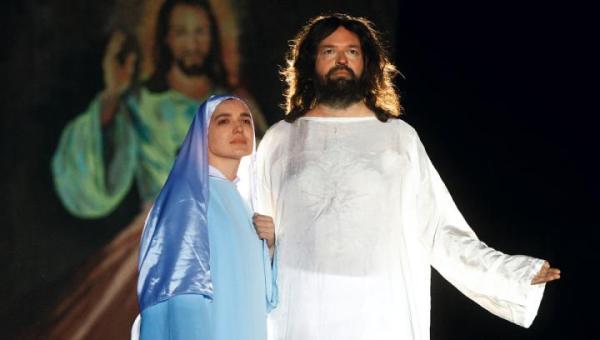 W inscenizacji wzięło udział 300 aktorów amatorów. Jezusa zagrał Ziemowit Howadek, informatyk z Poznania