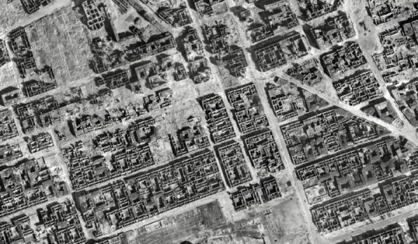 Centrum miasta po zakończeniu wojny. Od prawej strony skosem biegnie Zgoda i dochodzi niemal do Marszałkowskiej. Po lewej stronie tej ostatniej – gigantyczne ruiny, które potem rozebrano pod Pałac Kultury. Druga w lewo, równoległa do Marszałkowskiej, to była ulica Wielka. U dołu – ślad po torowisku będącym otoczeniem dworca Wiedeńskiego