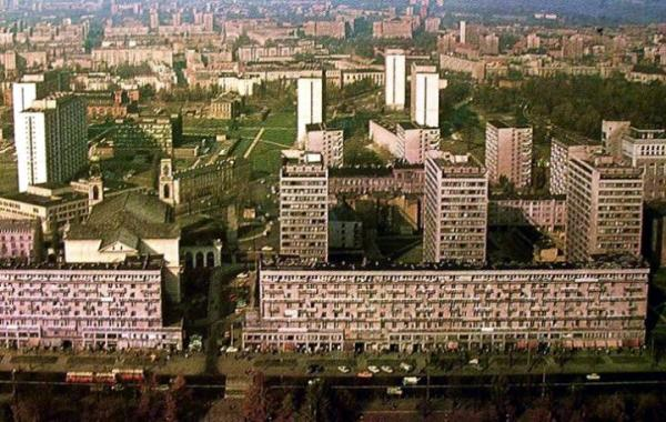 """Widok z PKiN na Świętokrzyską w latach 60. Między dwoma blokami """"fałszywa"""" ulica Bagno"""