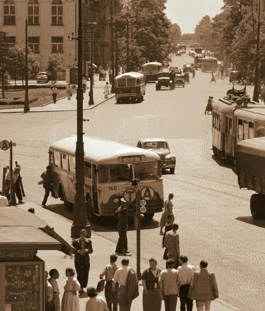 Rok 1957.  Widok z placu Trzech Krzyży w głąb  Al. Ujazdowskich.  Po prawej  tramwaj,  który miał tu swą pętlę