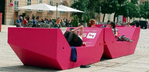 Tak ławki podróżniczki prezentowały się w Wiedniu. Warszawiacy mogą zdecydować, jaki będą miały kolor
