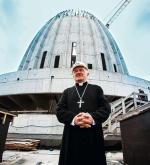 Kardynał  Kazimierz Nycz  z zadowoleniem prezentował efekty robót