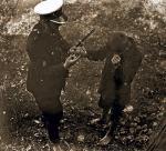 Bosy złodziejaszek nie miał szans – dawniej policja chadzała z bagnetami na karabinach