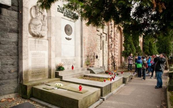 Społeczny Komitet Opieki nad Starymi Powązkami chce wyremontować groby w Alei Zasłużonych