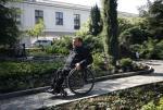 Niepełnosprawni posłowie też musza pokonywać bariery. Na zdjęciu Sławomir Piechota.