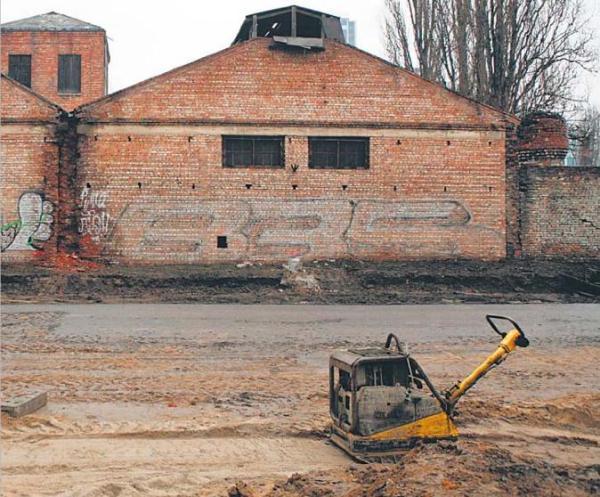 Robotnicy wyburzą pas o szerokości ok. 10 metrów dawnej Fabryki Norblina, wzdłuż ulicy Prostej