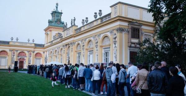 Trzeba być gotowym na długie kolejki. Na zdjęciu chętni  do obejrzenia pałacu w Wilanowie podczas Nocy Muzeów  w 2012 r.