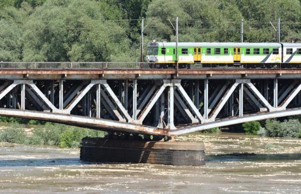 Pociągi jeżdżą niemal nad lustrem wody