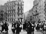 Ja też uważam, że śmierć 200 tys. warszawskich cywilów była wielką tragedią, ale nie sądzę, że aby jej uniknąć, wystarczyło nie walczyć iliczyć na dobroć Stalina iHitlera –pisze autor. Nazdjęciu stolica po powstaniu