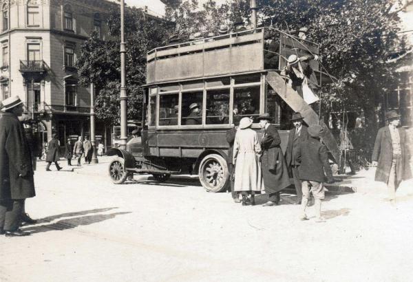 Pierwszy miejski autobus na ulicach Warszawy