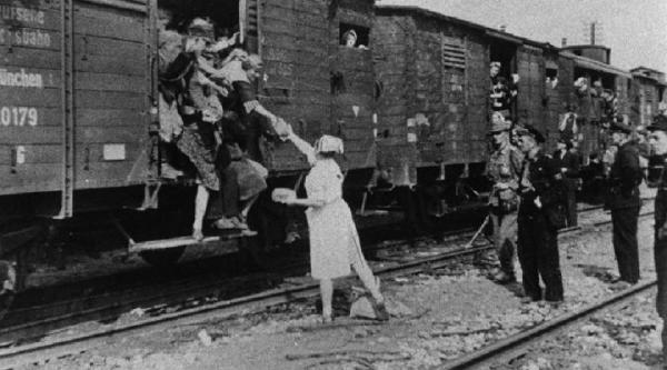 Przez  Dulag 121 przewinęło się ok. 650 tys. osób, w tym 550 tys. mieszkańców Warszawy