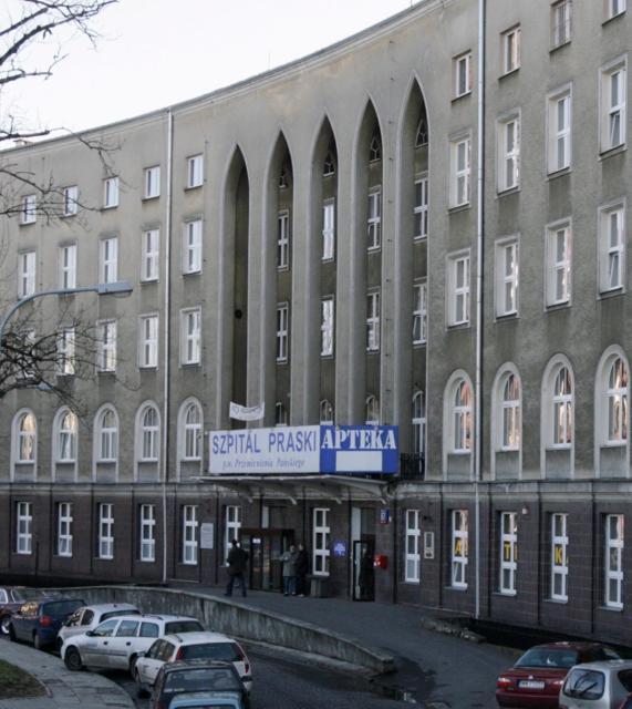 """Szpital Praski, założony w 1868 r., jest jednym z najbardziej znanych w stolicy. Dzisiaj jego renoma jest niższa niż dawniej. W rankingu CMJ """"Bezpieczny szpital 2015"""" zajął dopiero 99. miejsce (w zestawieniu zabiegowych szpitali wielospecjalistycznych i onkologicznych)"""