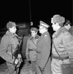 Jaruzelski w czasie wizytacji jednego z oddziałów na ulicach Warszawy.