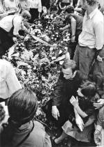 Pogrzeb Grzegorza Przemyka odprawił ks. Jerzy Popiełuszko (na zdjęciu z prawej, obejmuje Barbarę Sadowską, matkę Przemyka). Rok później został zamordowany przez funkcjonariuszy SB.