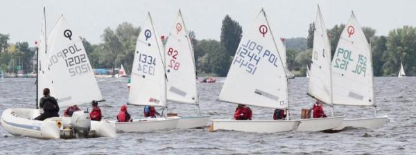 Pierwsze umiejętności w opanowania wiatru podczas szkolenia na Zalewie Zegrzyńskim zdobywali późniejsi mistrzowie żeglarstwa.