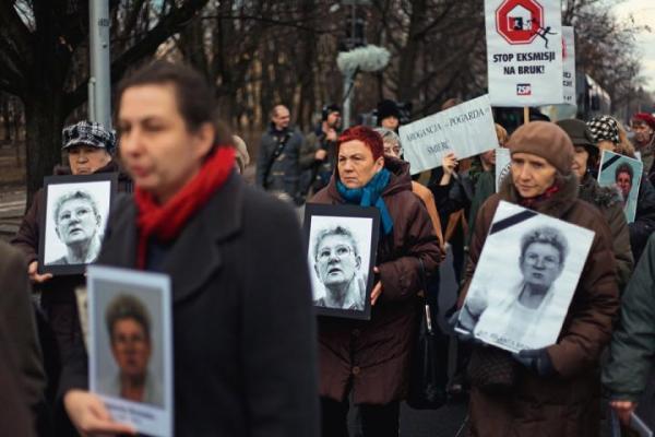 Pogrzeb Jolanty Brzeskiej (3 stycznia 2012 r.). Twarz nieustępliwej działaczki stała się symbolem antyreprywatyzacyjnego oporu.