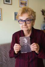 Rotmistrz Jan Mikołaj Kossowski  został zamordowany w 1940 r.  w Lesie Katyńskim. Ponad 50 lat później jego córka prof. Maria Blombergowa wróciła tam, by rozpocząć prace archeologiczno-ekshumacyjne.