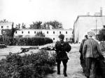 Żołnierze AK wyzwolili więźniów obozu 5 sierpnia 1944 r., krótko po wybuchu powstania warszawskiego