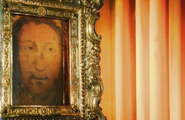 Złamany nos, ślady ran. Czy na chuście z Manoppello widzimy twarz Jezusa?
