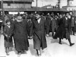 Czerwiec 1931 r. Dworzec Główny w Warszawie. Żydzi żegnający rabina Abrahama Mordechaja Altera, współtwórcę ultraortodoksyjnej organizacji żydowskiej Agudat Israel.